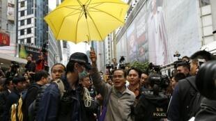 Cảnh giải tán người chiếm đóng khu thương mại Causeway Bay, ngày 15/12/2014.