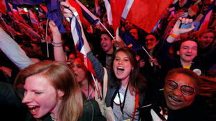 Những người ủng hộ ứng cử viên Macron vui mừng sau kết quả vòng một, Paris, 23/04/2017.