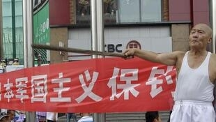 Un homme arborant une banderole hostile au Japon à Pékin, le 16 août 2012.