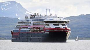 """El barco """"MS Roald Amundsen"""" de la compañía de cruceros noruega Hurtigruten, en la bahía de Tromsø, Noruega, el 3 de julio de 2019"""