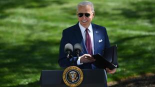 El presidente Joe Biden llega sonriente a una rueda de prensa sobre las medidas contra el covid-19, el 27 de abril de 2021 en los jardines de la Casa Blanca, en Washington
