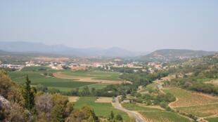 Vue d'ensemble du vignoble de Saint-Chinian dans l'Hérault, région Languedoc-Roussillon.