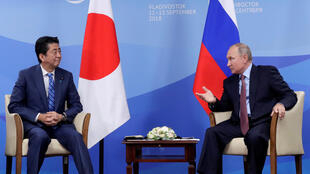 Tổng thống Nga, Vladimir Putin và thủ tướng Nhật Bản Shinzo Abe đối thoại bên lề Diễn đàn Kinh tế Vladivostok, Nga, ngày 10/09/2018.