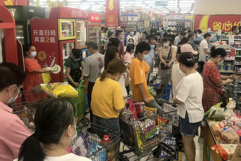 Habitantes de la ciudad china de Wuhan en un supermercado de la ciudad el 2 de agosto de 2021
