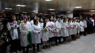 Các bác sĩ Cuba sau khi từ Brazil trở về, được chào đón tại sân bay quốc tế Jose Marti ở La Habana, ngày 23/11/2018.