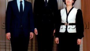حافظ اسد رئیس جهوری سوریه همراه با فرزندش بشار و همسرش انیسه مخلوف در اواسط سالهای ١٩٨٠. در آن زمان بشار اسد دانشجوی دانشکده پزشکی در دانشگاه دمشق بود و در ارتش سوریه دوران خدمت سربازی را سپری می کرد.