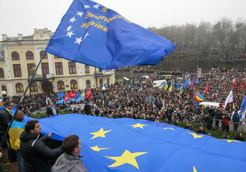 Dân Ukraina biểu tình, mang cờ Liên Hiệp Châu Âu, tại trung tâm Kiev, 24/11/2013