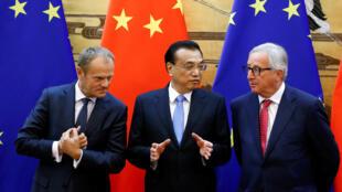 Chủ tịch HĐCÂ, Donald Tusk (T), thủ tướng TQ Lý Khắc Cường (G) và chủ tịch UBCÂ Jean -Claude Juncker tại Thượng Đỉnh Châu Âu-TQ ở Bắc Kinh. Ngày 16/07/2018.