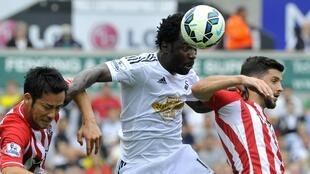L'Ivoirien Wilfried Bony bondit entre deux joueurs de Southampton.