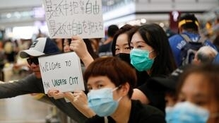 """以香港青年為主體的反佔中示威者8月10日在香港國際機場繼續舉行""""萬人接機""""活動"""