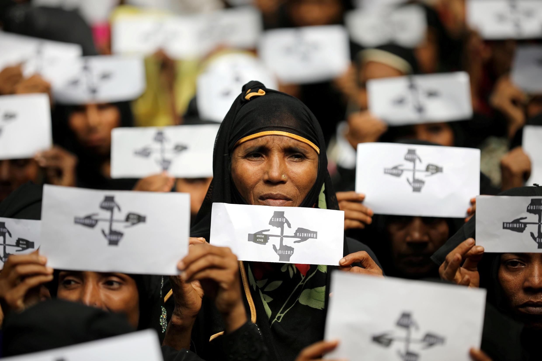 Một phụ nữ Rohingya tham gia kỉ niệm một năm sống tị nạn trong trại Kutupalong, Cox's Bazar, Bangladesh, ngày 25/08/2018.