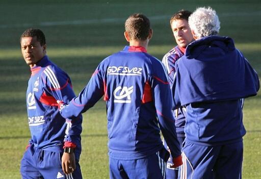 Un sévère altercation entre le capitaine des Bleus, Patrice Evra (à gauche), et le préparateur physique Robert Duverne (à droite), à Knysna le 20 juin 2010