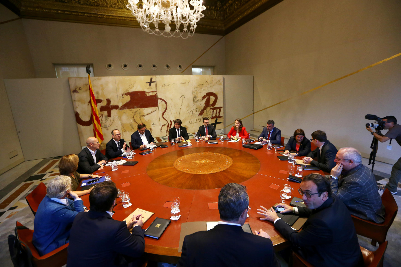 El presidente catalán Carles Puigdemont en una reunión de su gabinete en Barcelona, España, el 10 de octubre de 2017.