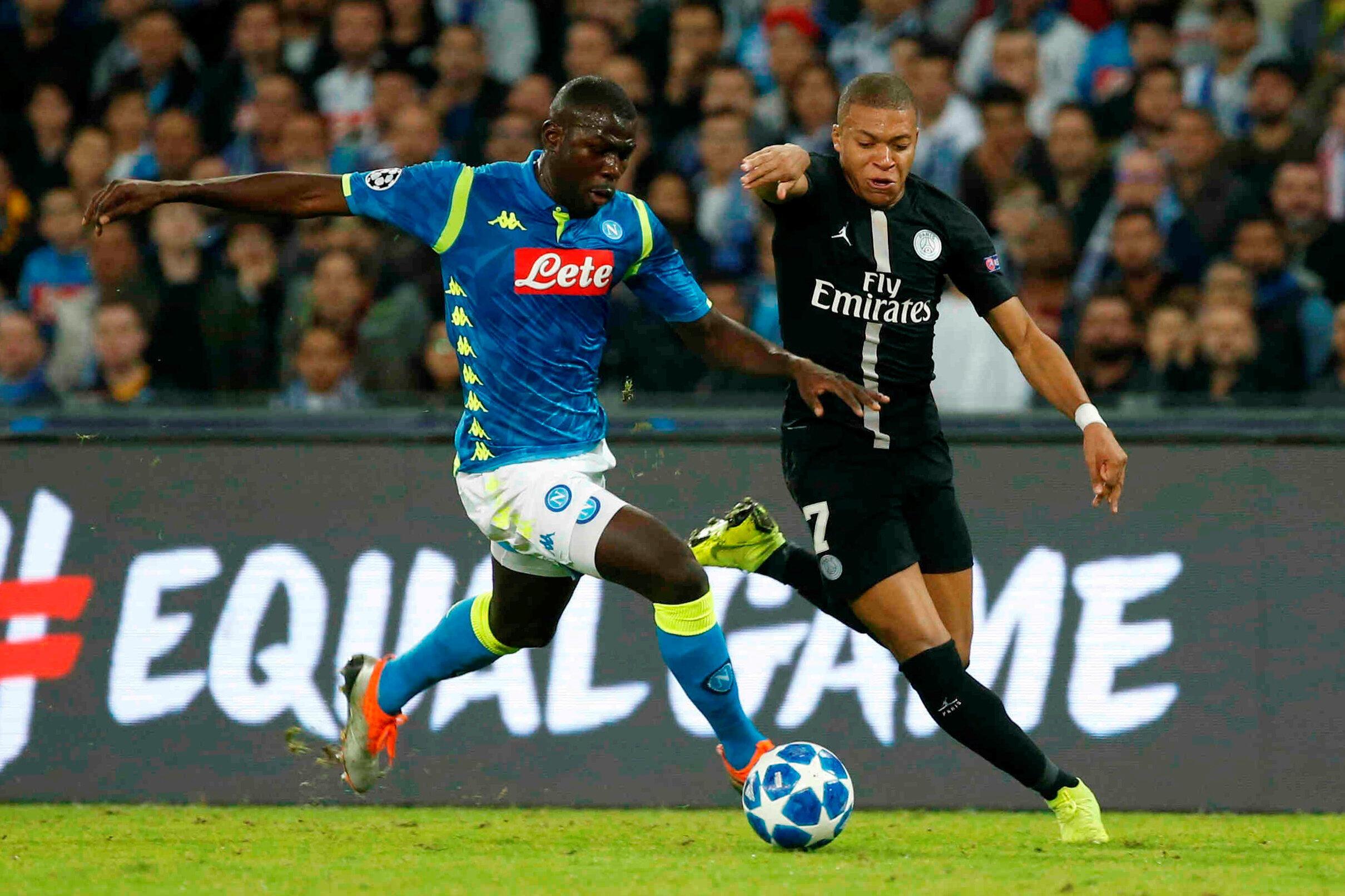 Le Sénégalais Kalidou Koulibaly à la lutte avec le Français Kylian Mbappé, lors de Naples-PSG, en Ligue des champions.