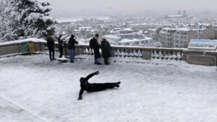巴黎2月6日深夜下大雪 一人在蒙玛特高地一个景点跌倒 2018年2月7日