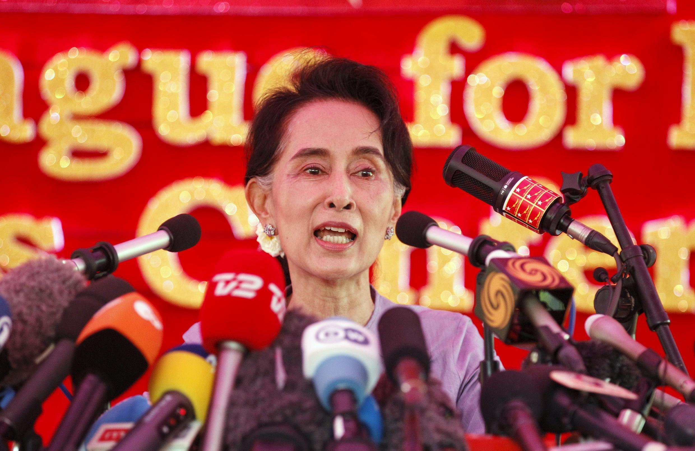 Bà Aung San Suu Kyi trả lời báo chí tại Rangoon ngày 5/11/2015.