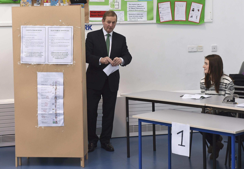 O primeiro-ministro irlandês Enda Kenny se prepara para votar em eleições legislativas que apontam enfraquecimento de seu partido.