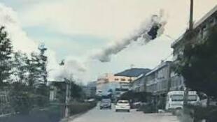 事發附近行車記錄儀拍下的爆炸造成的不明飛行物