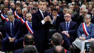 Pháp : Tổng thống Emmanuel Macron trao đổi với xã trưởng, thị trưởng ở Grand Bourgtheroulde, Normandie, ngày 15/01/2019.
