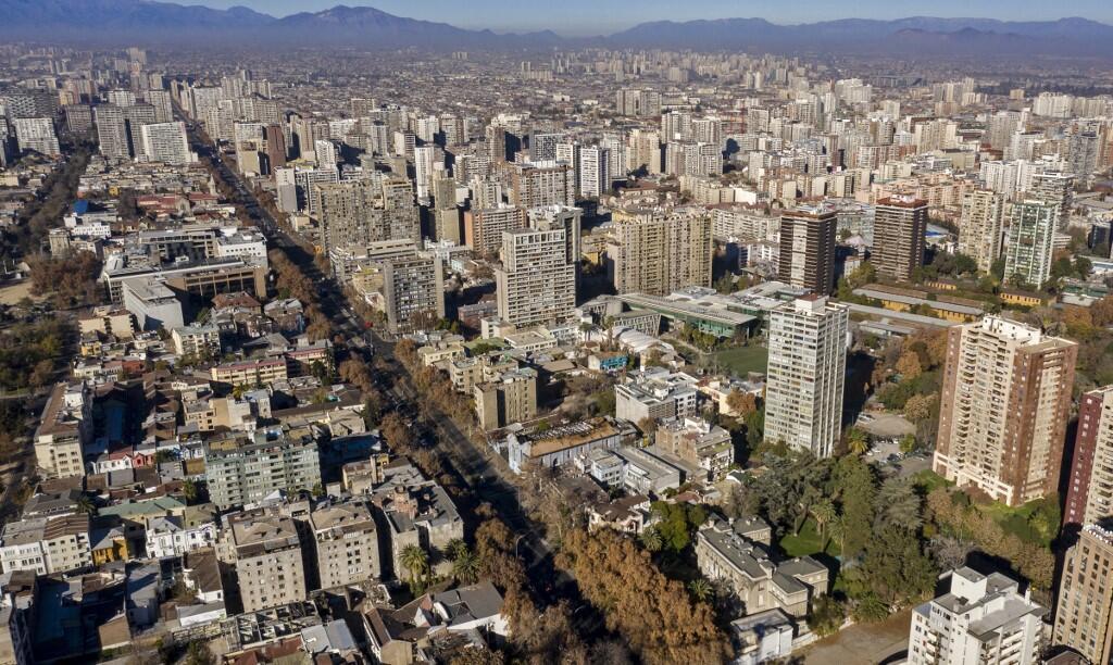 Vue aérienne de Santiago, le 12 juin 2021. Au Chili, le pouvoir politique est concentré presque uniquement dans la région de Santiago, où vit 40% de la population.