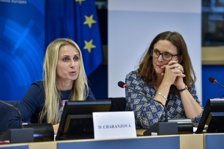 """La eurodiputada Dita Charanzová piensa que """"hay que darle a la dictadura donde más le duele: en el petróleo""""."""