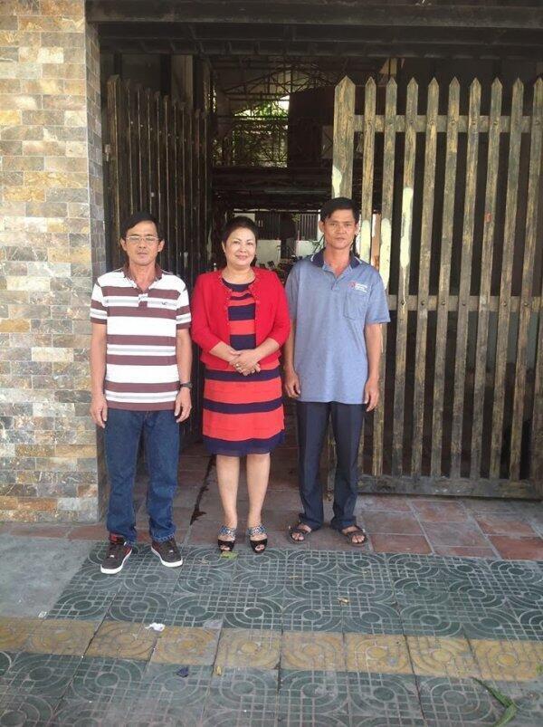 Anh Huỳnh Anh Trí (phải) khi mới ra tù tại nhà chị Bùi Thị Minh Hằng (giữa). Người bên trái là anh Huỳnh Anh Tú. (DR)