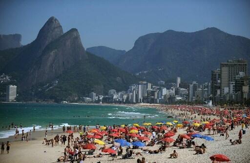 Les touristes étrangers devraient dépenser environ 200 millions de dollars durant les Jeux, qui ont généré près de 80 000 emplois, directs et indirects.Photo :  la plage d'Ipanema à Rio de Janeiro.