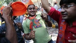 Des supporters du BJP fêtent la victoire de leur champion, probable futur Premier ministre Narendra Modi, le 16 mai 2014.