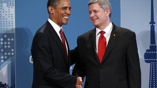 Barack Obama es recibido por el primer ministro de Canadá, Stephen Harper, en la cumbre de Toronto.