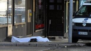 Тело убитого в финском городе Хювинкяя 26 мая 2012 г.