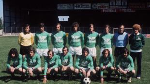 L'équipe de Saint-Etienne, les Verts, pose le 12 mai 1976, avant de disputer la finale contre le Bayern de Munich, lors de la Coupe d'Europe de football à Glasgow.