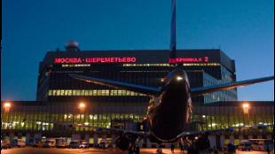 Всех пассажиров самолета эвакуировали. В пресс-службе аэропорта заявили, что возгорания на борту судна не было.