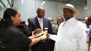 Rais wa Uganda, Yoweri Museveni wakati akifungua kiwanda cha kusafisha dhahabu