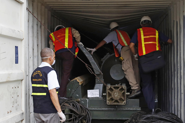 """Nhân viên tư pháp Panama kiểm tra container có chứa vũ khí trên chiếc tàu Bắc TRiều Tiên  """"Chong Chon Gang"""" tại cảng thành phố Colon City ngày 17/07/2013."""