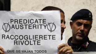 """""""Predican Austeridad, Recibirán revueltas"""". Los italianos protestan contra el plan de austeridad adoptado en la urgencia el pasado 12 de agosto."""