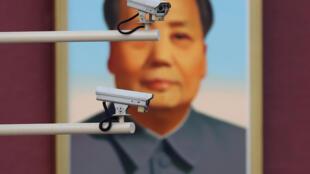 图为北京天安门广场毛泽东像前摄像监控设备