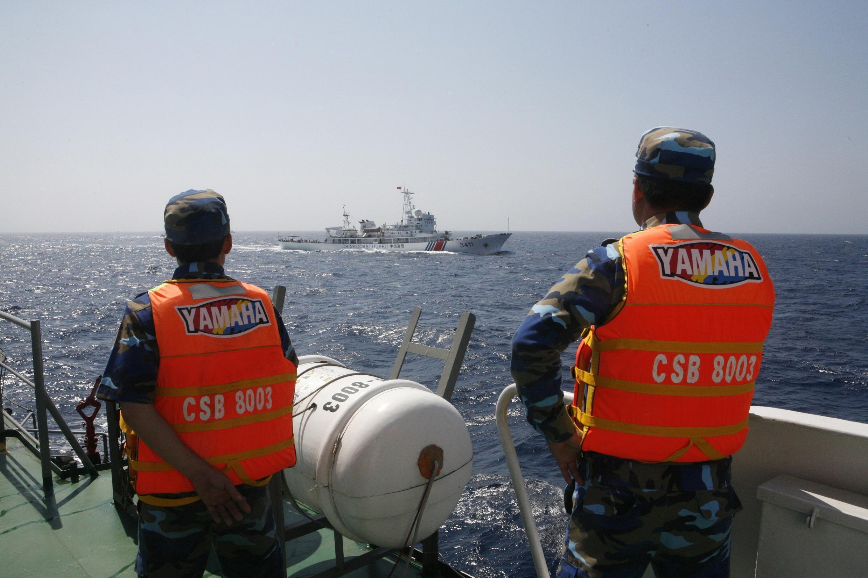 Tàu tuần duyên Việt Nam theo dõi tàu Trung Quốc 130 hải lý ngoài khơi  Việt Nam 16/06/2014 - REUTERS /Nguyen Minh