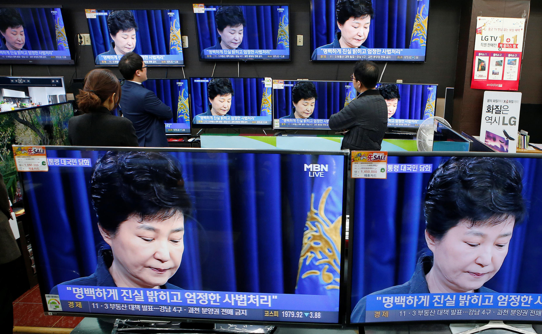 លោកស្រីPark Geun-hye ក្នុងពេលថ្ងែងសុំទោសជាសាធារណៈ តាមកញ្ចក់ទូរទស្សន៍ ថ្ងៃទី៦ វិច្ឆិកា ២០១៦