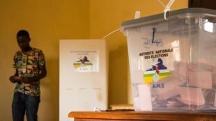 Électeurs à l'école Koudougou, au quartier du PK5, IIIe arrondissement de Bangui lors du 3e tour des élections partielles le 23 mai 2021.