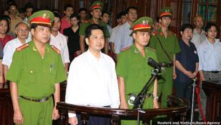 Ông Cù Huy Hà Vũ trong phiên xử phúc thẩm 2/8 (Reuters - VNA)