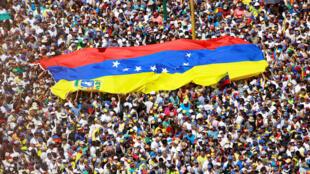Os partidários da oposição participam de uma manifestação contra o governo do presidente venezuelano Nicolás Maduro em Caracas, Venezuela, em 2 de fevereiro de 2019.
