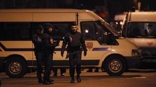 Policiais da unidade especial francesa vigiam o prédio onde o suspeito dos crimes está entricheirado.