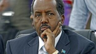 Rais wa Somalia Hassan Sheikh Mohamud akitafakari jambo kabla ya kuanza kwa mkutano wa kuisaidia kuijenga nchini yake Jijini London, Uingereza