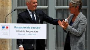Tân bộ trưởng Môi Trường Elisabeth Borne và người tiền nhiệm François de Rugy, trong lễ chuyển giao quyền hành tại bộ Môi Trường, Paris, ngày 17/07/2019.