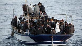 Des migrants tentent d'atteindre le port de Lampedusa
