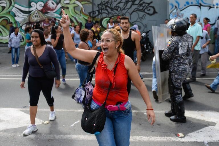 Ce n'est pas la première fois que les Vénézuéliens manifestent car ils n'ont pas reçu pour Noël le traditionnel jambon à l'os, plat principal du repas de Noël et du Nouvel An, promis par le président Maduro. Ici, à Caracas le 28 décembre 2017.