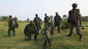 Le colonel Sultani Makenga (assis), le leader du M23, près de la frontière ougandaise, le 8 juillet 2012.