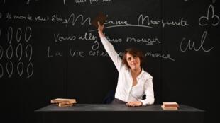 """""""Madame Marguerite""""é o título da versão francesa da peça """"Apareceu a Margarida"""", do autor brasileiro Roberto Athayde. O famoso monólogo é intepretado pela atriz Stéphanie Bataille, em cartaz no Teatro Lucernaire, em Paris, até 27 de janeiro de 2018."""