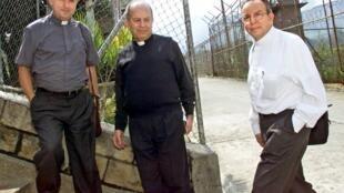 A la derecha, de camisa blanca; Monseñor Fabio Henao, junto a miembros de la Iglesia Católica. 30 de octubre de 2003