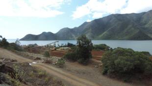 À Kouaoua, des jeunes locaux manifestent contre l'exploitation de trois nouveaux gisements dans des sites à forte valeur environnementale. Photo de la mine de Kouaoua en 2015.
